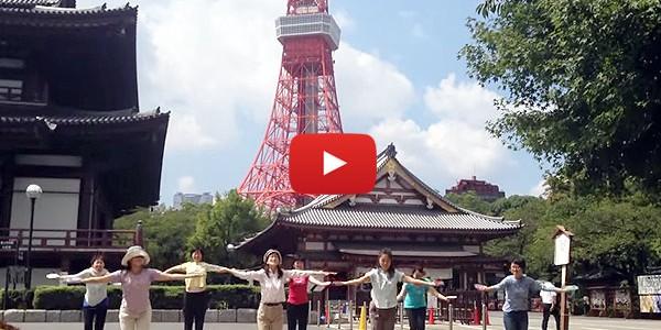東京タワーと増上寺の前でも皿まわし